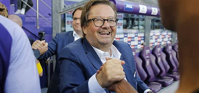 Foto: Le doigt d'honneur d'un membre du CA d'Anderlecht à Coucke